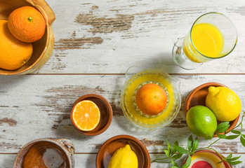 frisch gepresster Saft und Zitrusfrüchte auf einem Tisch
