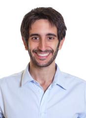 Passfoto eines Mannes mit schwarzen Haaren und Bart