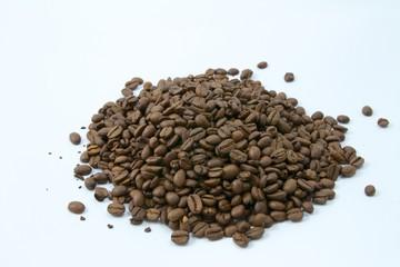 Nahaufnahme von einem Haufen Kaffeebohnen auf weißem Grund