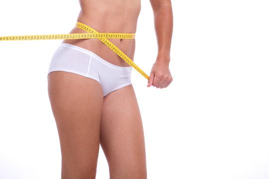 Mulher com Corpo saudável a Medir a Cintura