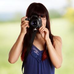 junge hübsche Frau mit einer Kamera