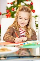 Mädchen malt Geschenk zu Weihnachten