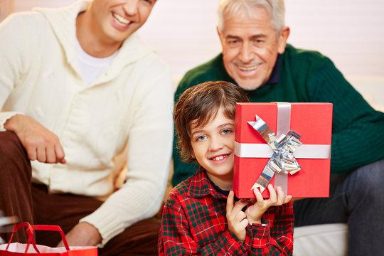 Junge freut sich über Geschenk zu Weihnachten