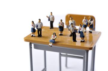 学校の教室の学習机と生徒達
