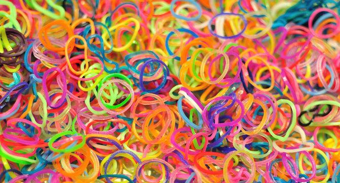 Elastiques de couleurs pour construire des bracelets