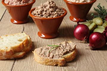 pate di fegato su fetta di pane