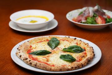 おいしい マルゲリータのピザ とテーブルイメージ