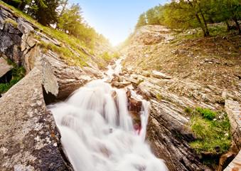 Cascata montana con sole