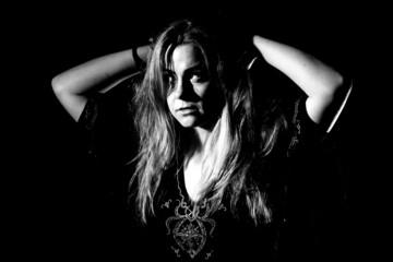 Obraz kobieta w cieniu - fototapety do salonu