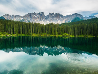 Foto auf Leinwand Reflexion Latamar mountain and woods reflected in lake Carezza, Dolomites
