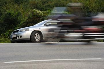 Motorrad überholt auf Landstraße