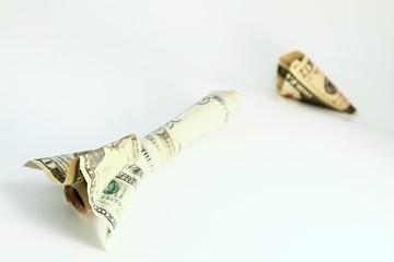 teure Raumfahrt - symbolisch - Rakete aus Dollarnoten