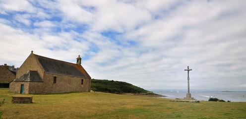 Chapelle et croix celtique face à la mer à Arzon