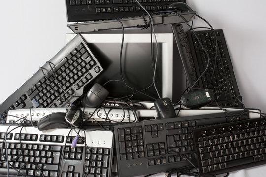 Ecran souris clavier de ordinateurs obsolète et trop vieux concept d'obsolescence programmée