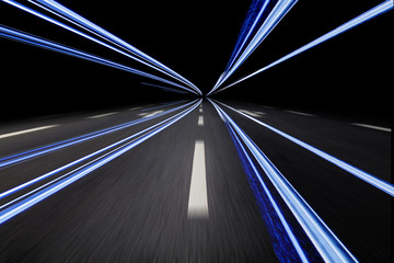 autostraße mit lichtstreifen