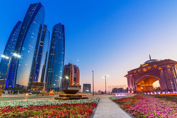 Photo sur Aluminium Abou Dabi Streets of Abu Dhabi at dusk, capital of United Arab Emirates