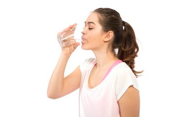 Frau trinkt Wasser aus Glas