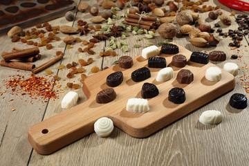cioccolatini misti su tavolo