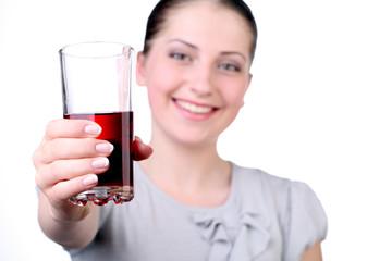 девушка с напитком в стакане