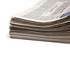Stapel Zeitungen auf weissem Hintergrund