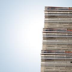 Riesiger Stapel verschiedener Zeitungen