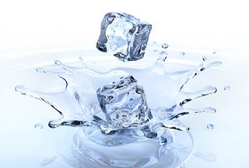 2 Eiswürfel mit Splash