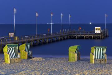 Fototapete - Strandkörbe am Strand beleuchtet