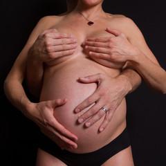 Un ventre et 4 mains
