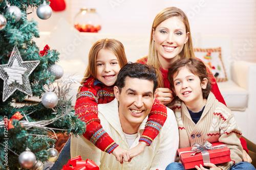 gl ckliche familie mit zwei kindern an weihnachten. Black Bedroom Furniture Sets. Home Design Ideas