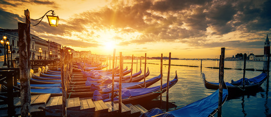 Photo sur Aluminium Gondoles Panoramic view of Venice with gondolas at sunrise