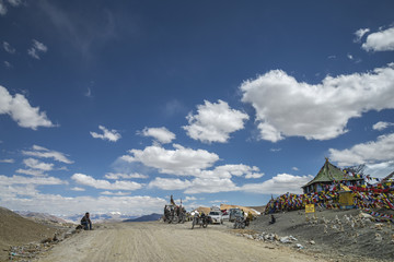 Tourists relaxing at Tanglang La pass on the way to Leh