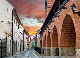 Średniowieczna ulica w starym mieście Ryga, Latvia - 72623757