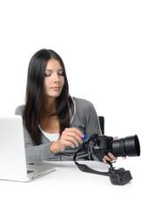 Fotografin entfernt eine Speicherkarte aus ihrer Kamera
