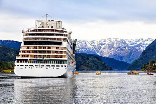Mooring a cruise ship off the coast of the North Sea
