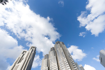 青空の東京都庁を見上げる