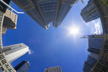 快晴青空と太陽 東京都庁と新宿高層ビル街を見上げる フィシュアイ