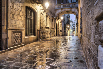 Fototapete - Narrow street in gothic quarter, Barcelona