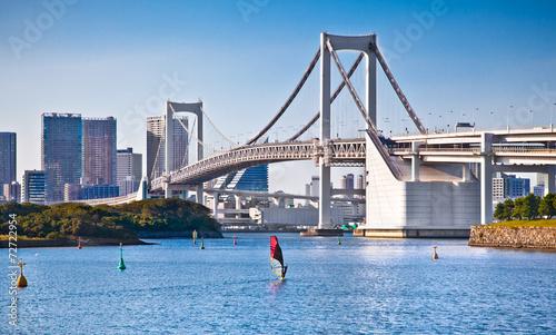 Fototapete Rainbow Bridge and Sumida River in Tokyo, Japan.