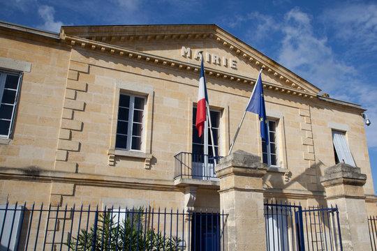 Jolie mairie avec drapeaux
