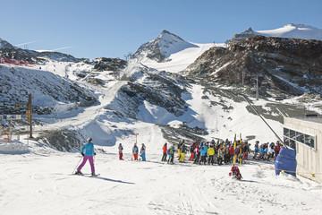 """Skifahrer auf dem """"Trockenen Steg"""", ob Zermatt, Schweiz"""