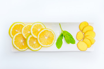 Zitrone und Ingwer in Schale