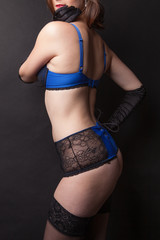Jeune femme lingerie bleu / noir