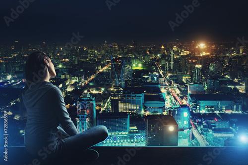девушка на крыше и вид ночного города картинка дом