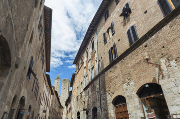 Fototapete - Tower and old street in San Gimignano, Tuscany, Italy