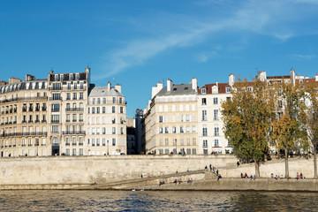 Quai de Seine à Paris en automne