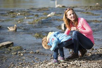 Mutter und Tochter am Fluss