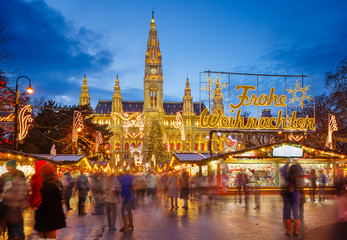 Ingelijste posters Wenen Rathaus and Christmas market in Vienna