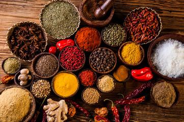Photo sur Aluminium Oriental hot spices on wooden table