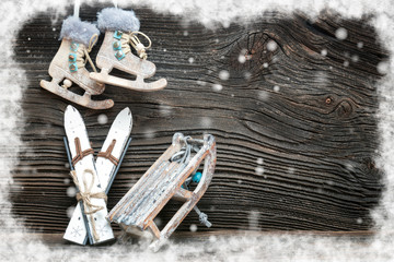 Wintersport Deko mit Schnee