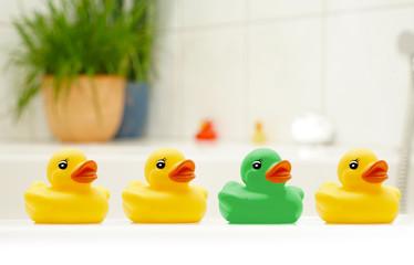 Verschiedene Badeentchen in einer Reihe